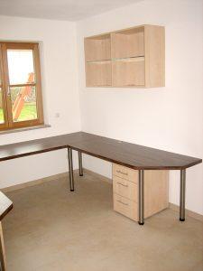 Großzügiger Schreibtisch mit Regal und Schränken