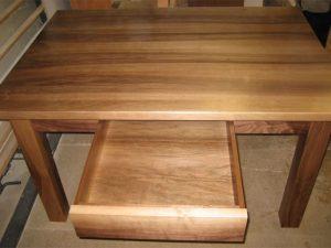 Esstisch mit integrierter Schublade