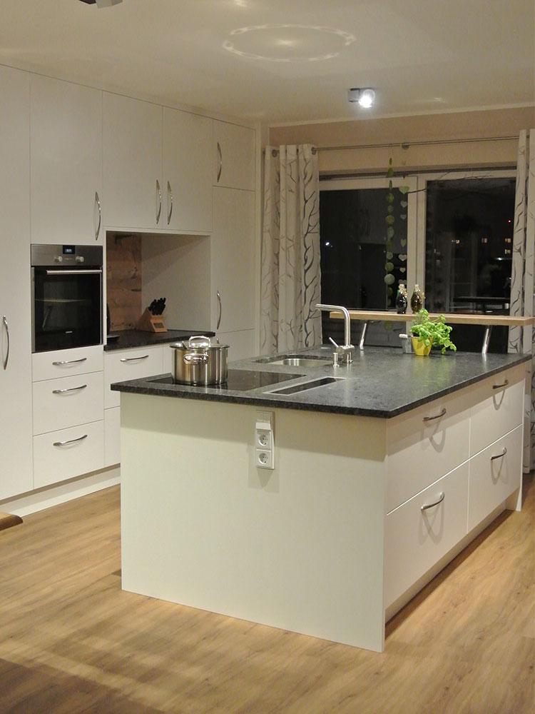 Küche mit Granitarbeitsplatte