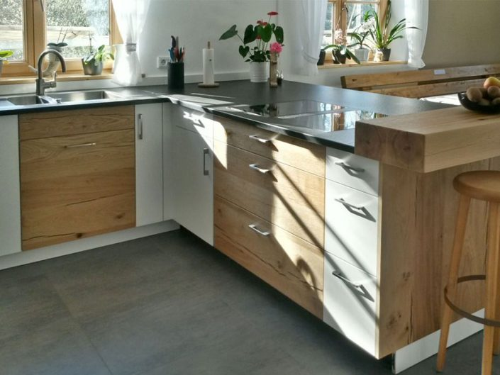 Küchentheke mit Barhockern