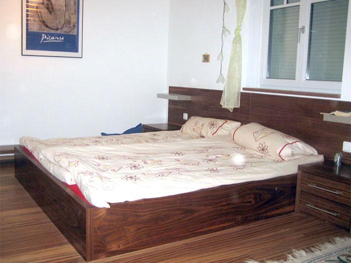 Doppelbett mit Nachkästchen