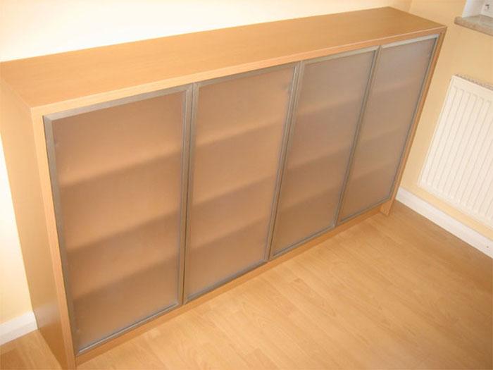 Sideboard mit satinierten Glastüren