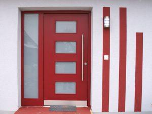 Haustür Holz rot mit satinierten Lichtausschnitten
