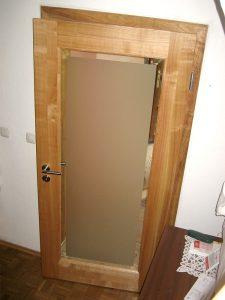 Holztür mit satiniertem Glasausschnitt