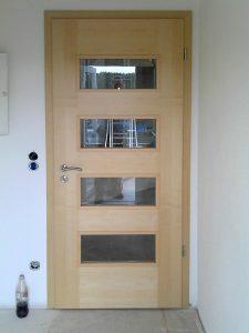 Holztür mit Glasauschnitten