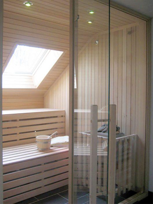 Sauna mit Glastüre und Fenster