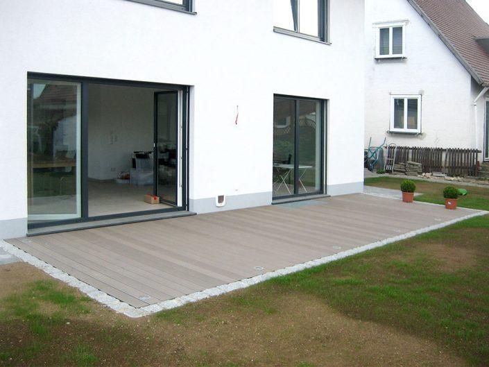 Terrasse mit Steineinfassung