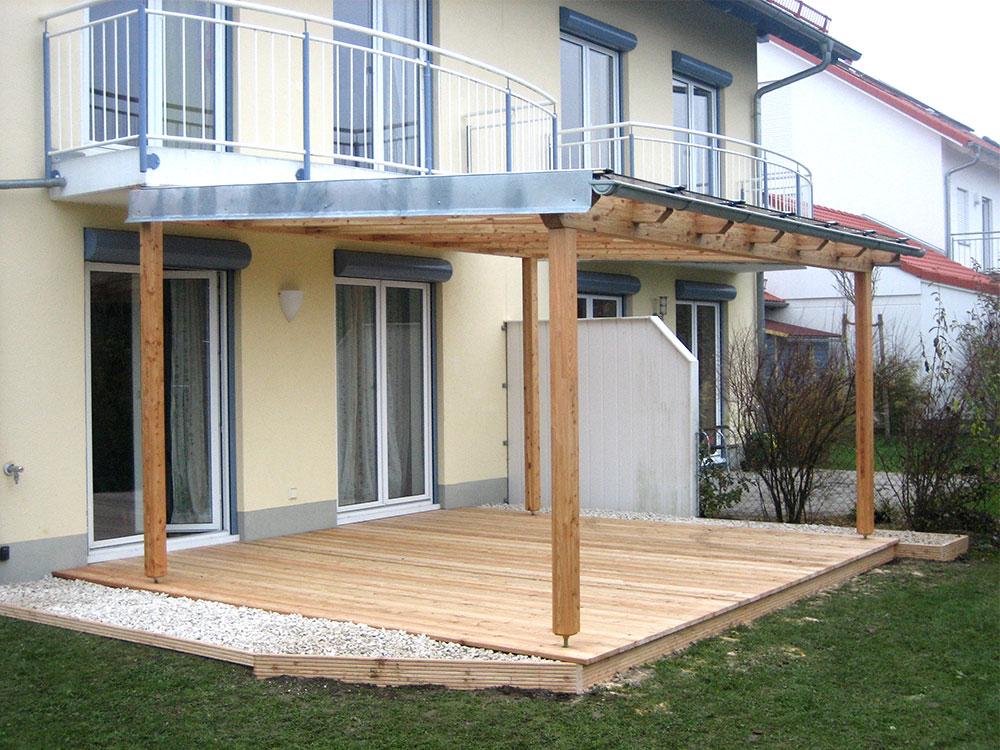 Holzterrasse mit Überdachung