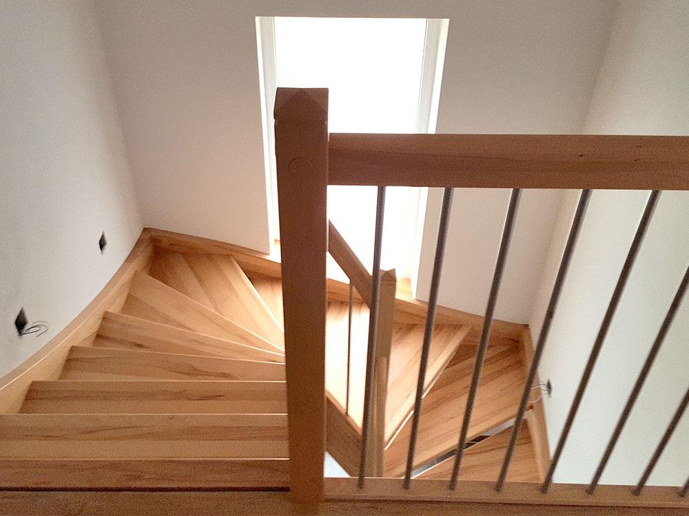 Gewendelte Treppe mit Edelstahlelementen