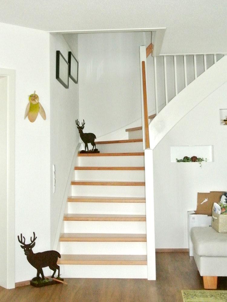Stufen auf Beton mit Holzgeländer