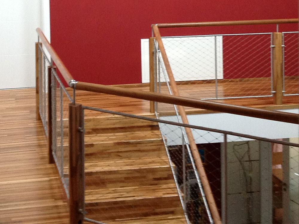 Treppe mit Metallgitterelementen