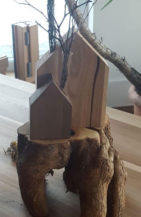 Holzhäuschen mit Vaseneinsatz
