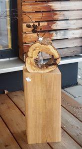 Vase in ausgehöhlten Baumstamm
