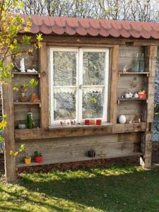 Gartendeko alte Fensterfront