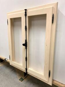 Holzfenster mit Metallriegel