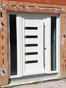 Haustür weiß mit Seitenelementen